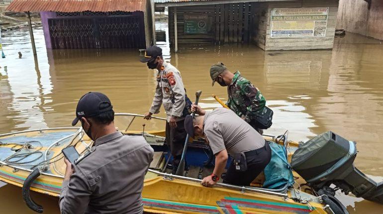 Koramil Dan Polsek Manukung Patroli Banjir