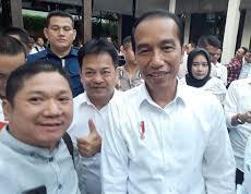 Foto: RB. Syafrudin Budiman SIP, Ketua Umum Barisan Pembaharuan saat bersama Presiden Jokowi pada acara pembubaran Tim Kampanye Nasional (TKN)