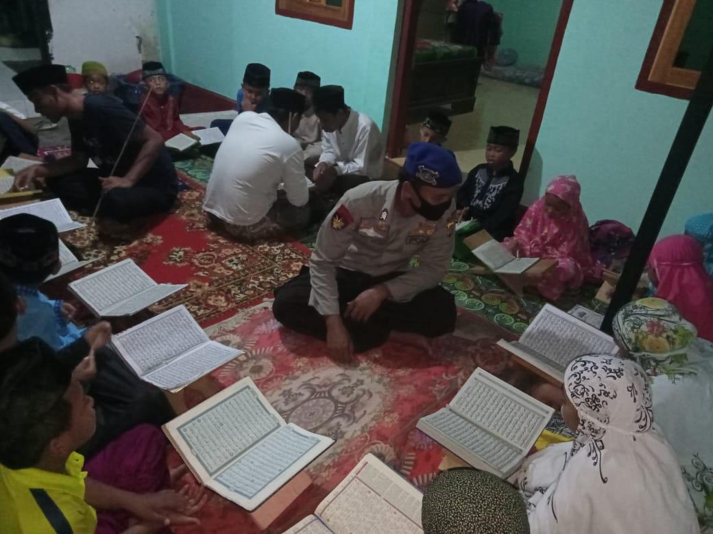 Briptu Khairul disamping menjalankan tugasnya sebagai seorang polisi juga menjadi guru ngaji untuk anak anak Labuhan Alas