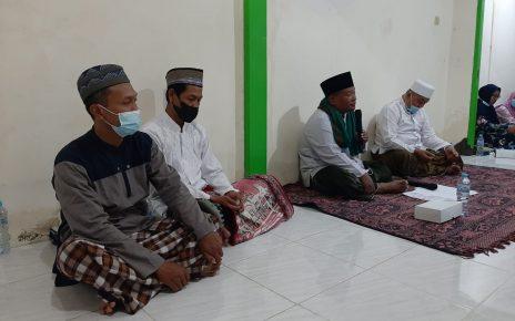 Foto : Sebelah kiri wakil ketua Rt 002 ketau panitia bersama penceramah Ustad Muhammad Su'aidi Sufyan dari Lamongan