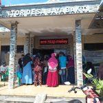 Pembagian BST, Warga Jayabakti Antusias Serta Ramai Datangi Kantor Desa
